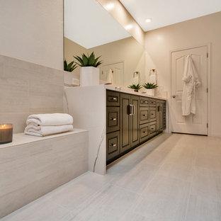 Großes Modernes Badezimmer En Suite mit profilierten Schrankfronten, schwarzen Schränken, freistehender Badewanne, offener Dusche, grauen Fliesen, Porzellanfliesen, grauer Wandfarbe, Porzellan-Bodenfliesen, Unterbauwaschbecken, Quarzwerkstein-Waschtisch, grauem Boden, offener Dusche und weißer Waschtischplatte in Phoenix