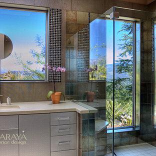 Imagen de cuarto de baño principal, actual, de tamaño medio, con armarios con paneles lisos, encimera de cuarzo compacto, ducha abierta, lavabo bajoencimera, sanitario de una pieza y suelo de baldosas de porcelana