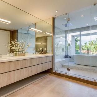 Foto på ett stort funkis en-suite badrum, med släta luckor, beige skåp, ett fristående badkar, en dubbeldusch, ett undermonterad handfat, beiget golv, dusch med gångjärnsdörr, vit kakel, marmorkakel, bruna väggar och bänkskiva i kvarts
