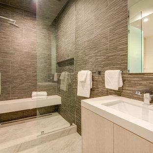 Idéer för att renovera ett stort funkis bastu, med luckor med lamellpanel, skåp i ljust trä, en dusch i en alkov, en toalettstol med separat cisternkåpa, brun kakel, stenkakel, flerfärgade väggar, klinkergolv i keramik, ett undermonterad handfat och bänkskiva i kvarts
