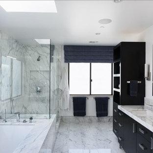 Свежая идея для дизайна: большая главная ванная комната в современном стиле с плоскими фасадами, черными фасадами, полновстраиваемой ванной, открытым душем, серой плиткой, белой плиткой, мраморной плиткой, белыми стенами, мраморным полом, врезной раковиной, мраморной столешницей, разноцветным полом, душем с распашными дверями и разноцветной столешницей - отличное фото интерьера