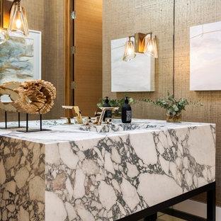 Foto di una stanza da bagno con doccia minimal di medie dimensioni con pareti marroni, lavabo integrato, pavimento beige, top multicolore, nessun'anta, ante nere e top in granito