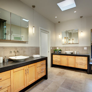 Idee per una grande stanza da bagno padronale classica con ante in stile shaker, ante in legno chiaro, piastrelle marroni, piastrelle in pietra, lavabo a bacinella, doccia ad angolo, WC monopezzo, pareti grigie, pavimento in travertino e top in quarzo composito