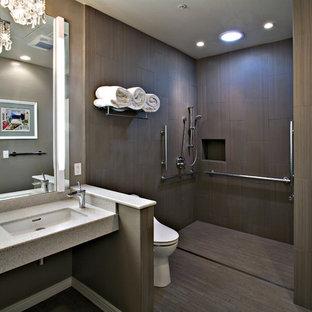 フェニックスの中サイズのコンテンポラリースタイルのおしゃれなマスターバスルーム (オープン型シャワー、オープンシャワー、茶色い床、オープンシェルフ、一体型トイレ、茶色い壁、アンダーカウンター洗面器、テラゾの洗面台) の写真