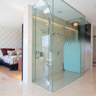 Inredning av ett modernt stort en-suite badrum, med beige kakel, släta luckor, skåp i mörkt trä, ett fristående badkar, en kantlös dusch, stickkakel, vita väggar, ljust trägolv, ett fristående handfat, bänkskiva i akrylsten, beiget golv och dusch med gångjärnsdörr