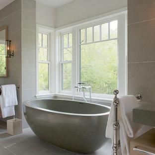 Idee per una grande stanza da bagno padronale vittoriana con ante lisce, ante in legno chiaro, vasca freestanding, piastrelle grigie, piastrelle di cemento, pareti bianche, lavabo sottopiano e top grigio