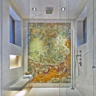 デンバーの巨大なコンテンポラリースタイルのおしゃれなマスターバスルーム (アルコーブ型シャワー、マルチカラーのタイル、大理石の床、大理石タイル、ニッチ、シャワーベンチ) の写真