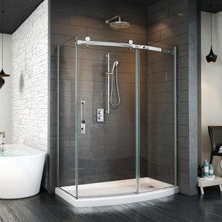Ispirazione per una grande sauna minimalista con vasca freestanding, pistrelle in bianco e nero, pareti bianche, doccia alcova, parquet scuro, pavimento marrone e porta doccia a battente
