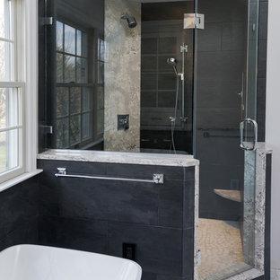Стильный дизайн: главная ванная комната среднего размера в современном стиле с фасадами в стиле шейкер, белыми фасадами, отдельно стоящей ванной, душем в нише, раздельным унитазом, черной плиткой, плиткой из листового стекла, серыми стенами, полом из керамогранита, врезной раковиной, столешницей из искусственного кварца, белым полом, душем с распашными дверями и разноцветной столешницей - последний тренд
