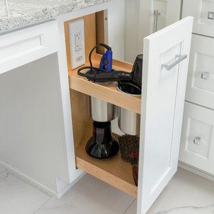 На фото: главная ванная комната среднего размера в современном стиле с фасадами в стиле шейкер, белыми фасадами, отдельно стоящей ванной, душем в нише, раздельным унитазом, черной плиткой, плиткой из листового стекла, серыми стенами, полом из керамогранита, врезной раковиной, столешницей из искусственного кварца, белым полом, душем с распашными дверями и разноцветной столешницей с