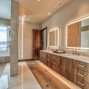 Bild på ett stort funkis grå grått en-suite badrum, med släta luckor, skåp i mellenmörkt trä, ett undermonterad handfat, en dubbeldusch, grå väggar, beiget golv och med dusch som är öppen