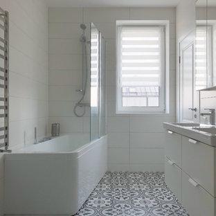 Exempel på ett litet minimalistiskt en-suite badrum, med vita väggar, klinkergolv i keramik, ett hörnbadkar, en dusch/badkar-kombination, med dusch som är öppen, släta luckor, vita skåp, vit kakel, ett konsol handfat och flerfärgat golv