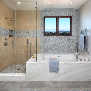 Exemple d'une grand salle de bain principale tendance avec une baignoire encastrée, une douche d'angle, un carrelage beige, un carrelage multicolore, un mur gris, une cabine de douche à porte battante, carrelage en mosaïque, un sol en carrelage de porcelaine et un sol gris.