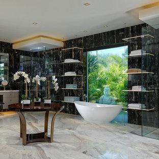 Foto di un'ampia stanza da bagno padronale minimal con ante lisce, ante beige, vasca freestanding, pistrelle in bianco e nero, pareti nere e pavimento grigio