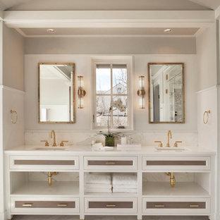 Imagen de cuarto de baño marinero con suelo de mármol y armarios con paneles empotrados