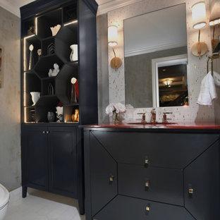 Modelo de cuarto de baño con ducha, contemporáneo, de tamaño medio, con armarios tipo mueble, puertas de armario negras, paredes multicolor, suelo de baldosas de cerámica, lavabo bajoencimera, encimera de acrílico, suelo blanco y encimeras rojas