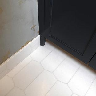Imagen de cuarto de baño con ducha, contemporáneo, de tamaño medio, con armarios tipo mueble, puertas de armario negras, paredes multicolor, suelo de baldosas de cerámica, lavabo bajoencimera, encimera de acrílico, suelo blanco y encimeras rojas