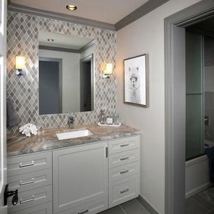 Bild på ett mellanstort vintage flerfärgad flerfärgat badrum för barn, med skåp i shakerstil, grå skåp, ett badkar i en alkov, en dusch/badkar-kombination, en toalettstol med hel cisternkåpa, flerfärgad kakel, glasskiva, grå väggar, klinkergolv i porslin, ett undermonterad handfat, bänkskiva i kvartsit, grått golv och dusch med skjutdörr