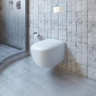 Esempio di un'ampia stanza da bagno padronale industriale con lavabo a bacinella, top in legno, vasca freestanding, doccia aperta, WC sospeso e pavimento in cemento