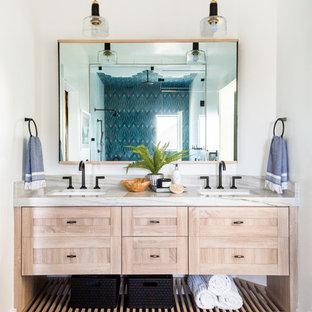 Foto di una stanza da bagno minimal con ante in stile shaker, ante in legno chiaro, doccia alcova, piastrelle blu, piastrelle bianche, pareti bianche, lavabo sottopiano, pavimento blu, porta doccia a battente e top beige