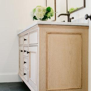 Idéer för ett mellanstort klassiskt en-suite badrum, med luckor med profilerade fronter, skåp i slitet trä, ett badkar i en alkov, en dusch/badkar-kombination, en toalettstol med hel cisternkåpa, vit kakel, stenkakel, vita väggar, skiffergolv, ett undermonterad handfat och marmorbänkskiva