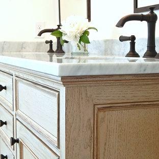Foto på ett mellanstort lantligt en-suite badrum, med luckor med profilerade fronter, skåp i slitet trä, ett badkar i en alkov, en toalettstol med hel cisternkåpa, vit kakel, stenkakel, vita väggar, skiffergolv, ett undermonterad handfat, marmorbänkskiva och en dusch/badkar-kombination