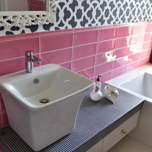 Idee per una stanza da bagno per bambini contemporanea di medie dimensioni con vasca/doccia, WC sospeso, piastrelle rosa, piastrelle in ceramica, pareti rosa, pavimento in gres porcellanato, pavimento bianco e porta doccia a battente