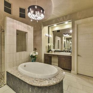 Immagine di un'ampia sauna moderna con top in marmo e vasca idromassaggio