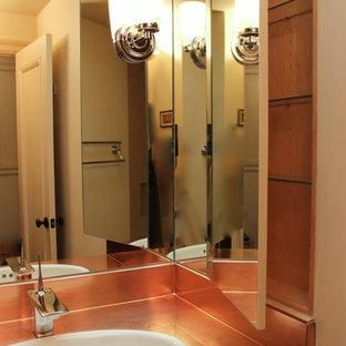 Ejemplo de cuarto de baño bohemio, pequeño, con lavabo encastrado, armarios tipo mueble, puertas de armario beige, encimera de cobre, bañera encastrada, combinación de ducha y bañera, sanitario de dos piezas, baldosas y/o azulejos multicolor, baldosas y/o azulejos en mosaico, paredes beige y suelo de mármol