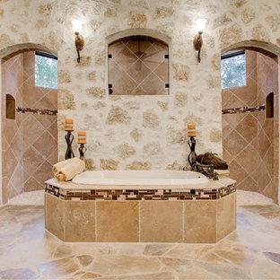 Ejemplo de cuarto de baño principal, mediterráneo, con bañera encastrada, ducha abierta, paredes beige y ducha abierta