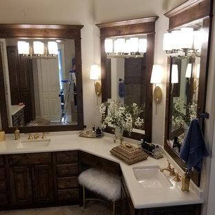 Ejemplo de cuarto de baño principal, tradicional, grande, con armarios con paneles con relieve, puertas de armario de madera en tonos medios, baldosas y/o azulejos naranja, encimera de cuarzo compacto y encimeras amarillas