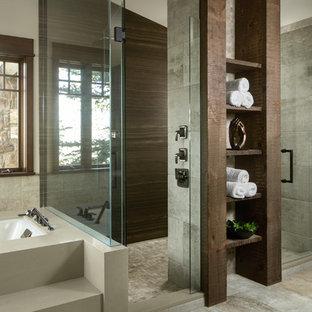 Idéer för att renovera ett rustikt en-suite badrum, med öppna hyllor, skåp i mörkt trä, ett undermonterat badkar, en kantlös dusch, grå kakel, grått golv och dusch med gångjärnsdörr
