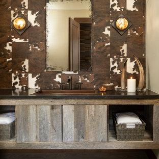 Ejemplo de cuarto de baño rural con armarios abiertos, paredes multicolor, lavabo encastrado y encimeras negras