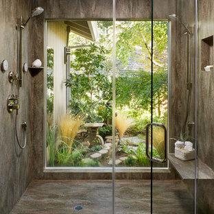 Foto di una stanza da bagno design con doccia doppia e panca da doccia