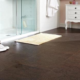 Свежая идея для дизайна: главная ванная комната в стиле модернизм с угловым душем, белой плиткой, керамической плиткой, белыми стенами и пробковым полом - отличное фото интерьера
