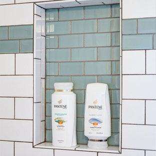 На фото: ванные комнаты среднего размера в стиле современная классика с фасадами в стиле шейкер, светлыми деревянными фасадами, ванной в нише, душем над ванной, раздельным унитазом, зеленой плиткой, белой плиткой, плиткой кабанчик, белыми стенами, полом из керамической плитки, душевой кабиной, накладной раковиной и столешницей из ламината