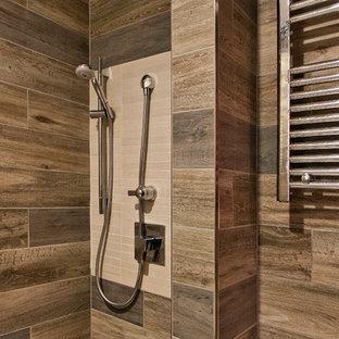 Idee per una piccola stanza da bagno padronale etnica con vasca da incasso, doccia aperta, piastrelle marroni, piastrelle in gres porcellanato, pareti marroni, pavimento in gres porcellanato, pavimento beige e doccia aperta