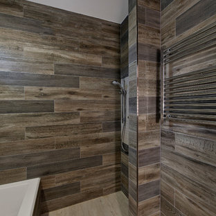 Ejemplo de cuarto de baño principal, asiático, pequeño, con bañera encastrada, ducha abierta, baldosas y/o azulejos marrones, baldosas y/o azulejos de porcelana, paredes marrones, suelo de baldosas de porcelana, suelo beige y ducha abierta