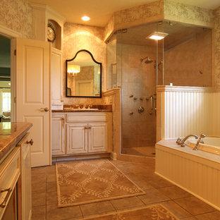 Mittelgroßes Klassisches Badezimmer mit Einbauwaschbecken, profilierten Schrankfronten, Schränken im Used-Look, Einbaubadewanne, Eckdusche und beigefarbenen Fliesen in Sonstige