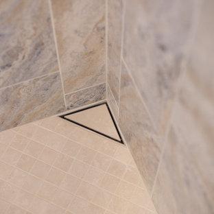 Großes Klassisches Badezimmer En Suite mit Schrankfronten mit vertiefter Füllung, braunen Schränken, Doppeldusche, beigefarbenen Fliesen, Porzellanfliesen, beiger Wandfarbe, Porzellan-Bodenfliesen, Unterbauwaschbecken und Waschtisch aus Holz in Denver