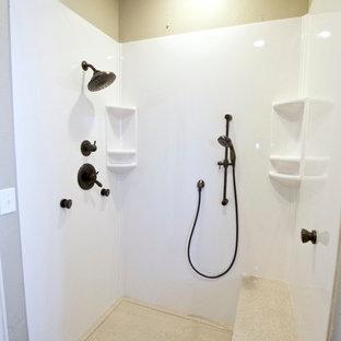 Mittelgroßes Klassisches Badezimmer En Suite mit profilierten Schrankfronten, weißen Schränken, Einbaubadewanne, Eckdusche, Toilette mit Aufsatzspülkasten, beigefarbenen Fliesen, beiger Wandfarbe, Unterbauwaschbecken und Onyx-Waschbecken/Waschtisch in Oklahoma City