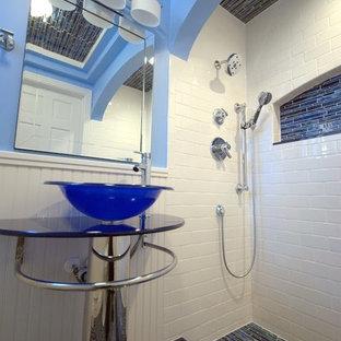 Idee per una piccola stanza da bagno padronale minimal con doccia alcova, piastrelle nere, piastrelle blu, piastrelle a listelli, pareti blu, pavimento con piastrelle a mosaico, lavabo a bacinella, pavimento blu e doccia con tenda
