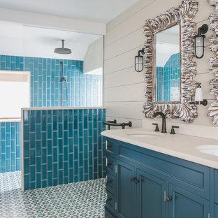 Immagine di una stanza da bagno padronale costiera con ante con riquadro incassato, ante turchesi, doccia aperta, piastrelle blu, pareti beige, lavabo sottopiano, pavimento multicolore, doccia aperta e top beige