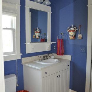 Inspiration för ett litet maritimt badrum med dusch, med skåp i shakerstil, vita skåp, ett badkar med tassar, en toalettstol med separat cisternkåpa, vit kakel, keramikplattor, beige väggar, klinkergolv i keramik, ett nedsänkt handfat och bänkskiva i akrylsten