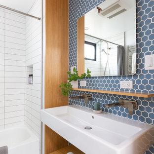 Idee per una stanza da bagno con doccia design di medie dimensioni con nessun'anta, vasca ad alcova, doccia alcova, piastrelle blu, piastrelle in gres porcellanato, pavimento in gres porcellanato, lavabo rettangolare, pavimento grigio, doccia con tenda, top bianco, panca da doccia, un lavabo e mobile bagno sospeso