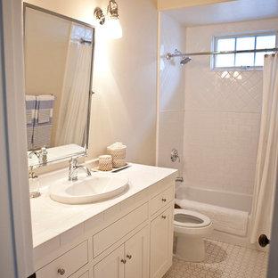 Ispirazione per una stanza da bagno per bambini costiera di medie dimensioni con lavabo da incasso, ante in stile shaker, ante bianche, top piastrellato, vasca ad alcova, vasca/doccia, WC monopezzo, piastrelle gialle, piastrelle in ceramica, pareti beige e pavimento con piastrelle in ceramica