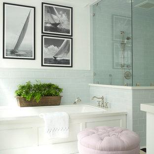 Idee per una stanza da bagno padronale stile marinaro di medie dimensioni con lavabo sottopiano, ante in stile shaker, top in quarzo composito, doccia ad angolo, piastrelle blu, piastrelle in ceramica, pareti bianche, pavimento con piastrelle in ceramica e vasca sottopiano