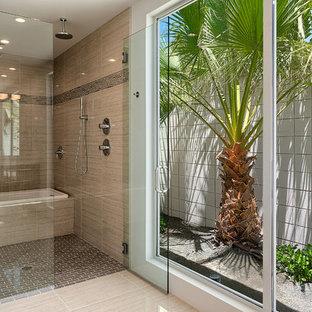 Diseño de cuarto de baño principal, vintage, grande, con bañera encastrada, ducha doble, baldosas y/o azulejos beige, baldosas y/o azulejos de cerámica, paredes blancas y suelo de baldosas de cerámica