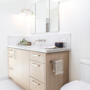 Идея дизайна: ванная комната среднего размера в скандинавском стиле с плоскими фасадами, светлыми деревянными фасадами, белыми стенами, полом из мозаичной плитки, душевой кабиной, врезной раковиной, белым полом, столешницей из кварцита и серой столешницей