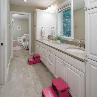Ispirazione per una stanza da bagno per bambini classica di medie dimensioni con ante con bugna sagomata, ante bianche, piastrelle beige, pareti beige, pavimento in gres porcellanato, lavabo sottopiano, top in quarzo composito, pavimento beige e top beige
